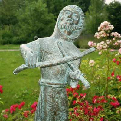 Der Spielmann Gottes: Franziskusstatue im Klostergarten in Pankow